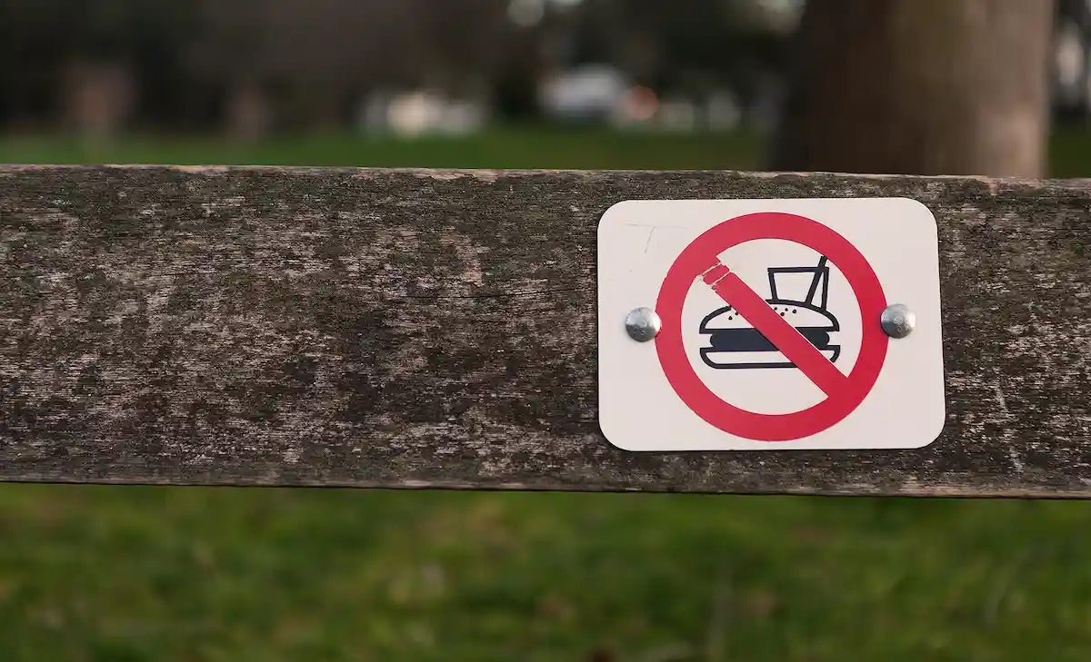 Fence on which a sign with food and drink prohibited is placed